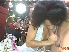 مص, نساء كاسيات ورجال عراه, مجموعات, الجنس فى مجموعة