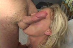 sexy moeder, oud en jong, klaarkomen op het gezicht