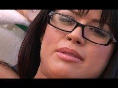 إيفا أنجلينا, صدور عالية, الزبار الصناعية, نظارات