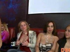 نساء كاسيات ورجال عراه, مجموعات, نساء هائجات