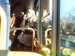 هواه, في الحافلة, تعرى علناً