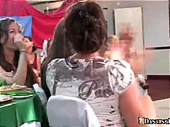 مص, نساء كاسيات ورجال عراه, حفلة