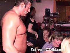 pijpen, naakte man, aangeklede vrouw, orgie, feest